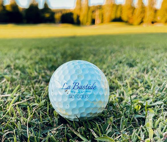 Photo d'une balle de golf avec le logo de la Bastide des Golfs à Mouans Sartoux